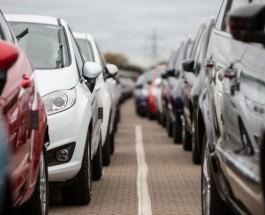 автомобили стоят в ряд