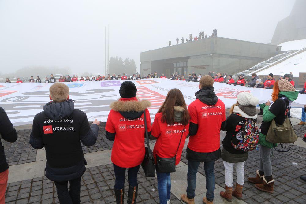 Студенты разварачивают огромный баннер