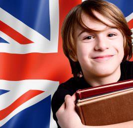 Ребенок на фоне флага Великобритании