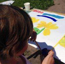 Девочка рисует солнышко