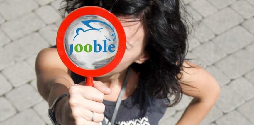 Девушка с табличкой Jooble.