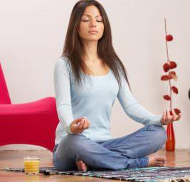 Девушка медитирует.