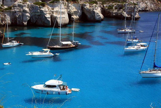 яхты в прозрачной воде