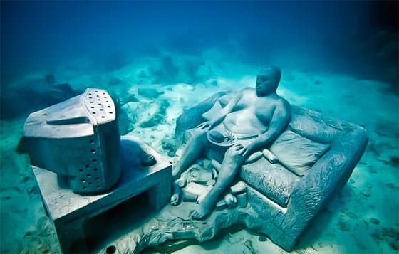 Скульптура мужчина на диване под водой