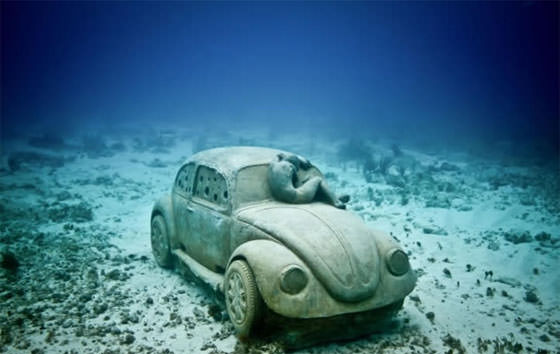 скульптура автомобиля под водой