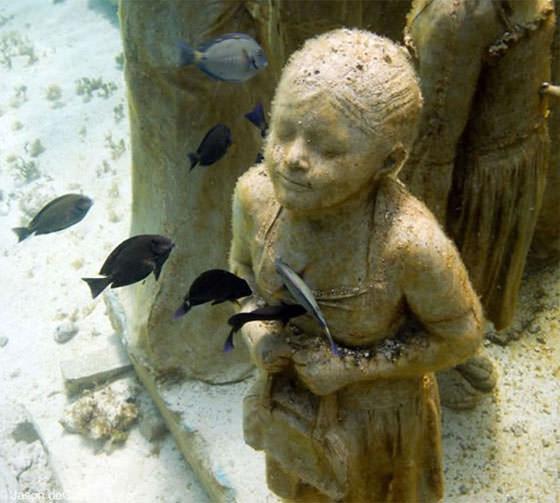 Скульптура девочки под водой