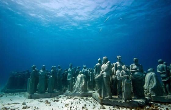 скульптуры в музее под водой