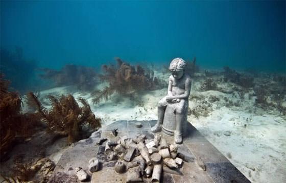 скульптура мальчика под водой