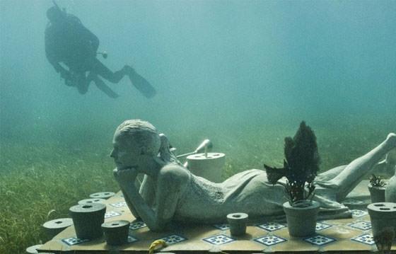 скульптура женщины под водой