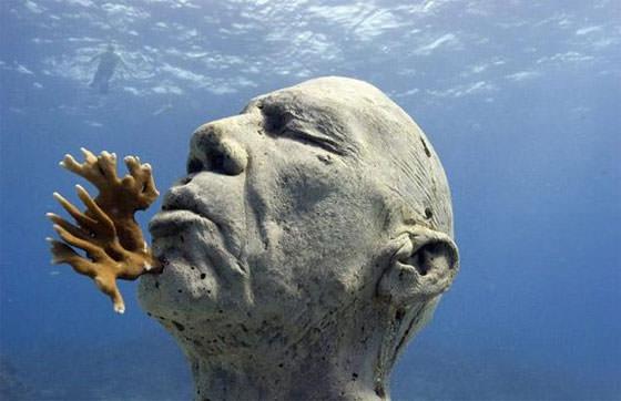 голова мужчины. скульптура под водой