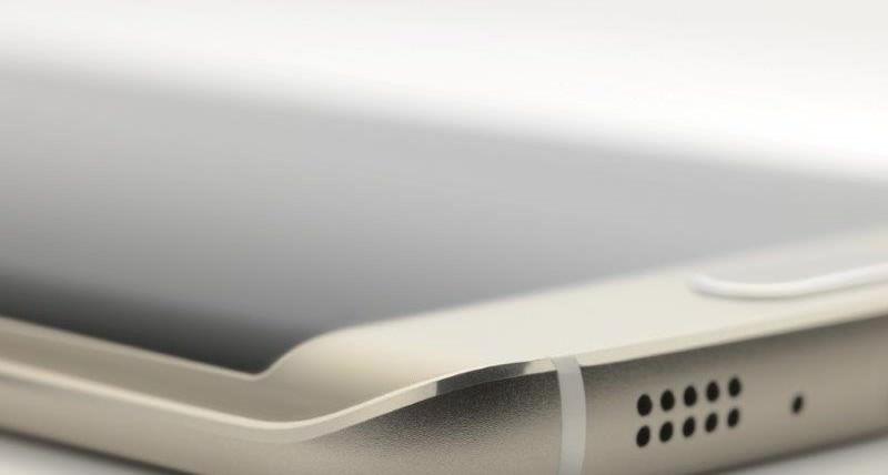 """В Барселоне высоко оценили инновационность и креативность новых флагманов Samsung Барселона, Испания — 5 марта, 2015 — Samsung Galaxy S6 Edge получил специальную награду «Лучший новый телефон, планшет или устройство» ассоциации GSMA, ответственной за проведение Mobile World Congress 2015. Этой наградой отмечают наиболее примечательные продукты, представленные непосредственно во время Конгресса. В минувшем году устройство компании Samsung — Gear Fit — также было признано лучшим в этой категории. Смартфон Samsung Galaxy S6 Edge — воплощение переосмысленного подхода к устройствам данного класса. Это не просто красивый смартфон, но также самое высокопроизводительное устройство семейства Galaxy. Полученная награда еще раз подчеркивает технологическое лидерство Samsung, умение услышать и воплотить в жизнь пожелания пользователей самых различных категорий. «В Samsung Galaxy S6 Edge технологии и дизайн переплелись воедино, и материализовались в нечто ранее не виденное, — утверждает Джей Кей Шин (JK Shin), президент и глава подразделения IT & Mobile Communication компании Samsung Electronics. — Мы горды тем, что GSMA признала в смартфоне наиболее элегантное и мощное устройство среди созданных нами». Во время MWC 2015 Samsung Galaxy S6 Edge был замечен не только непосредственными организаторами, но и другими экспертами. В частности, ресурс Ubergizmo назвал смартфон «Лучшим на Mobile World Congress» (награда """"Best of Mobile World Congress""""), а Mashable и журнал Laptop Magazine независимо друг от друга наградили его званием фаворита («Top Pick»). «Samsung и ее новый флагман движутся в правильном направлении, акцентируя на простоте использования, дизайне и сдержанности» — Mashable «Samsung учла очень важные моменты, благодаря чему смартфон получился великолепным» — Ubergizmo «Эта парочка смартфонов в стекле и металле по-настоящему привлекательна» — Laptop Magazine (о Samsung Galaxy S6 и Samsung Galaxy S6 Edge) Помимо этого, на конгрессе MWC 2015 эксперты GSMA отметили платформу """