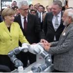 Ангела Меркель протестировала YuMi® – первого в мире робота с двумя руками, способного к сотрудничеству с человеком